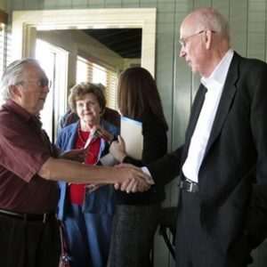 Sen. Bob Bennett meets with Republicans in Utah (AP)