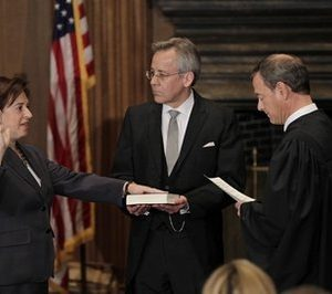 Elena Kagan takes oath of office (AP)