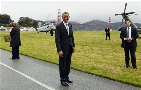 President Barack Obama (C) smiles as he prepares to board Marine One to a Democratic fund raiser in San Francisco April 4, 2013. REUTERS/Kevin Lamarque