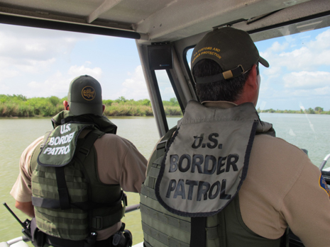 Image: Border patrol agents patrol the Rio Grande by boat