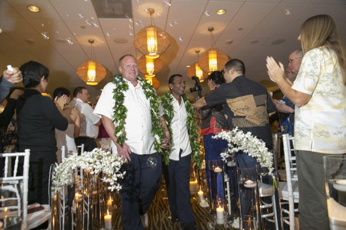 Same-sex couples crowd altars to marry legally in Hawaii