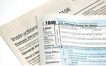 IRS agent admits cheating on taxes